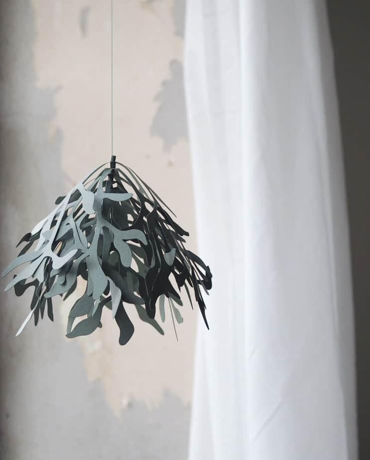 mistletoe paper ornament minimalist Christmas decor idea for the window
