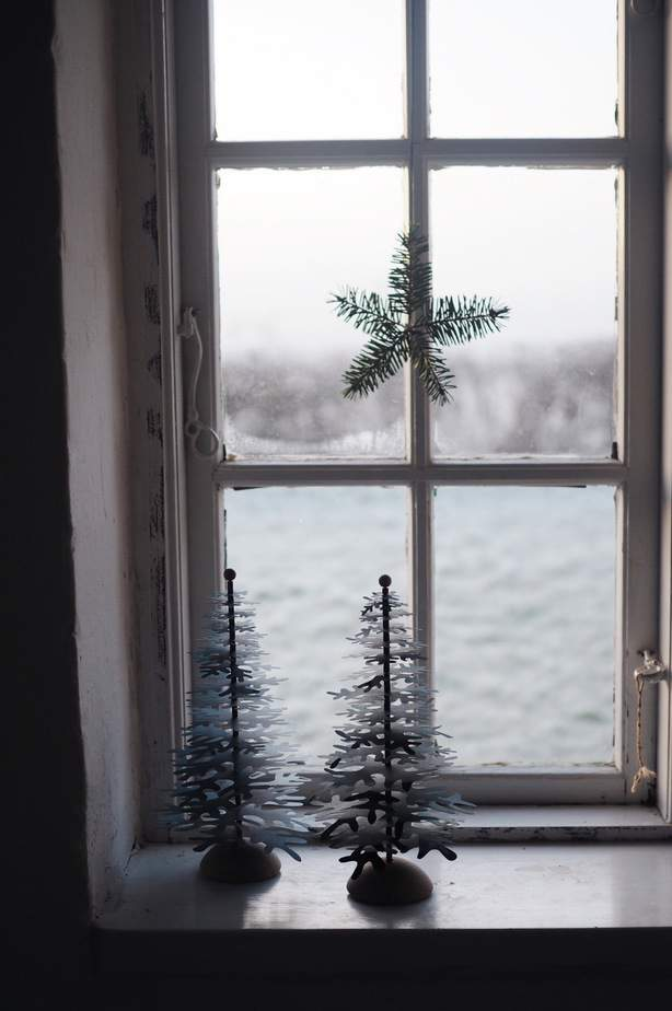 natural nordic christmas decor idea for the window with standing christmas trees paper decorations