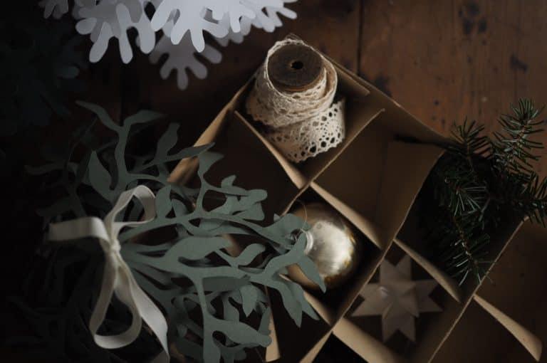 garland christmas window decor idea with pine cones paper ornaments